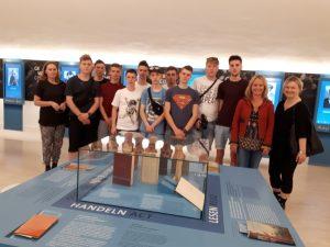Elf Schüler und zwei Lehrerinnen der Zespol Szkol in Gorlice bei einer Führung durch die DenkStätte Weiße Rose mit Ursula Kaufmann