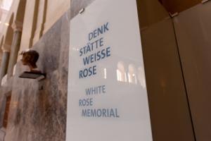 Lichthof Büste Sophie Scholl und Hinweis auf DenkStätte