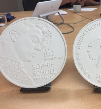 """Bundesregierung prägt Sammlermünze """"100. Geburtstag Sophie Scholl"""""""